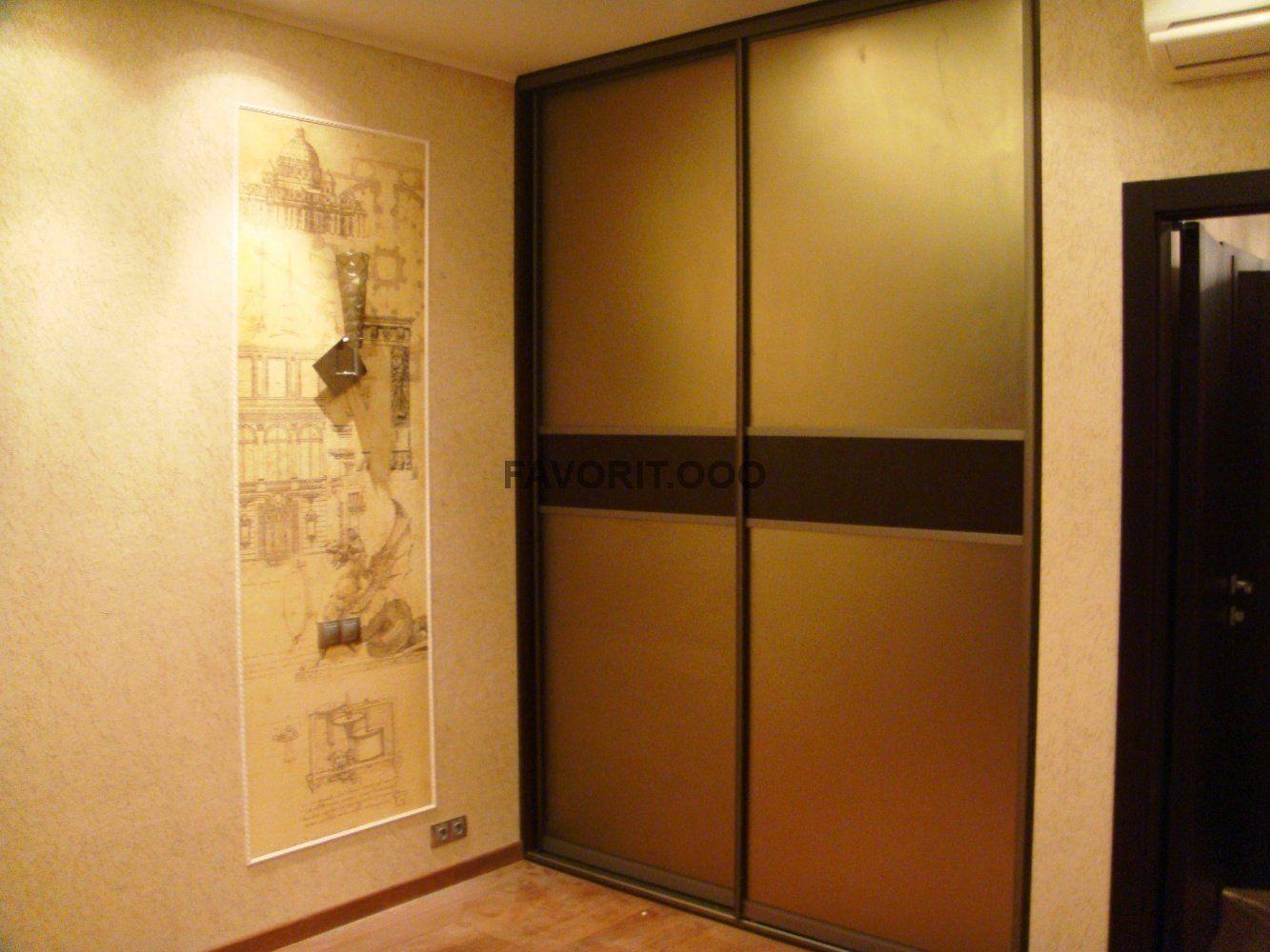 Двери купе с вставками из матового зеркала бронза.