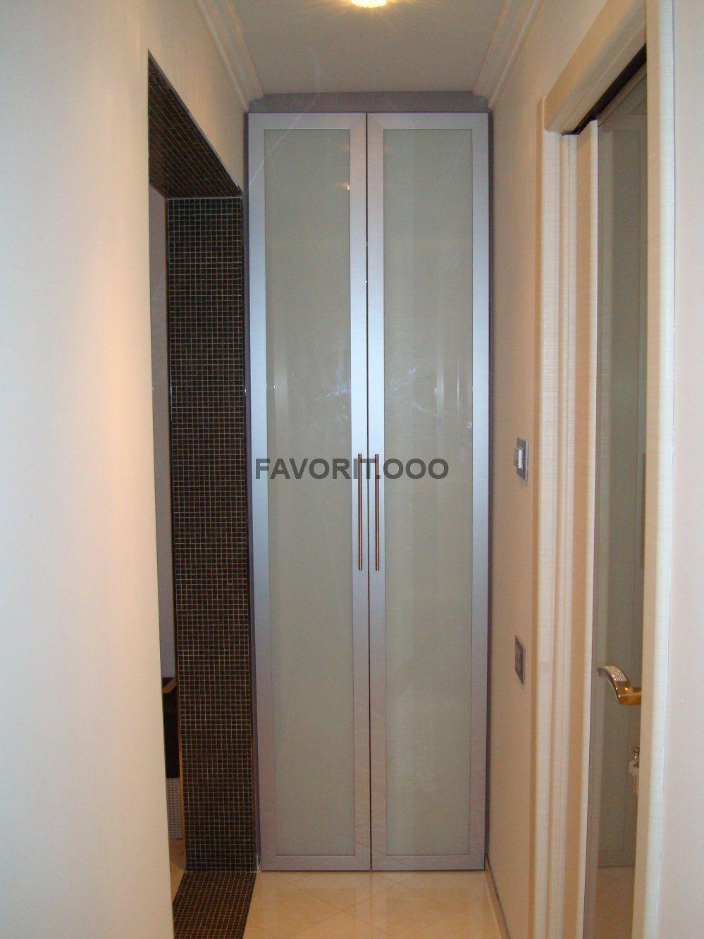 Шкаф в нишу с распашными фасадами в рамочном профиле.