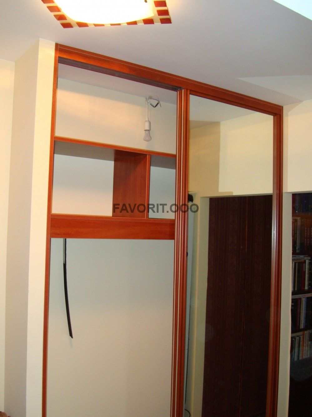 Шкаф купе встроенный в нишу с зеркальными фасадами.