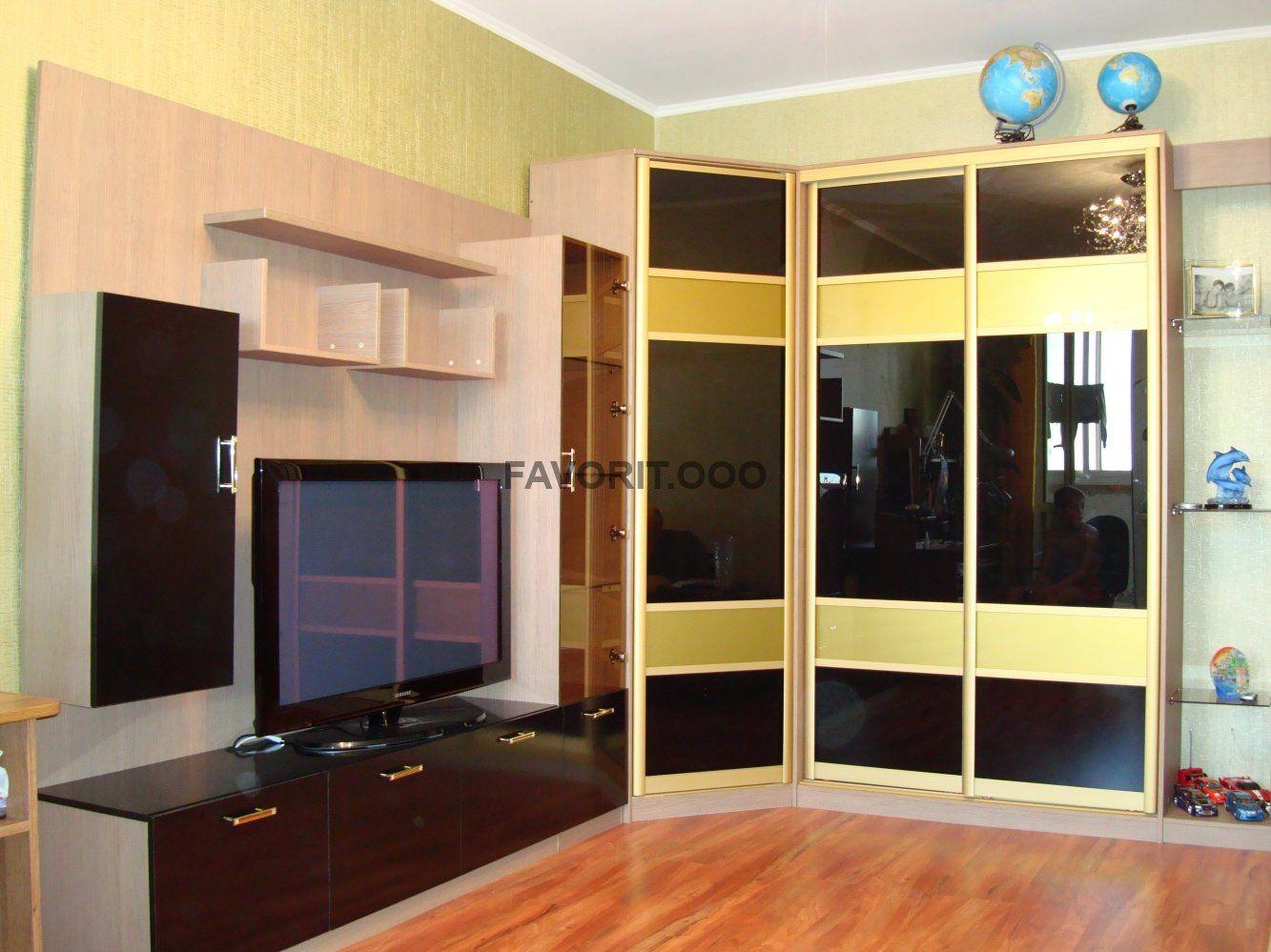 Гостиная с tv-зоной, угловым шкафом и шкафом купе.