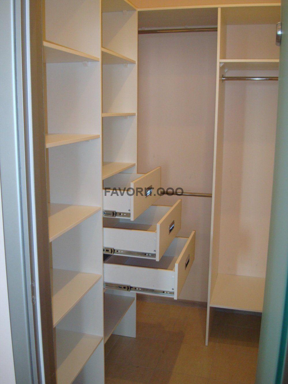 Г-образная компактная гардеробная комната.